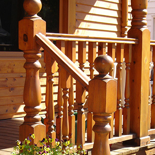 Ordinaire Balcon Extérieur Avec Poteaux Tournés En Bois Naturel